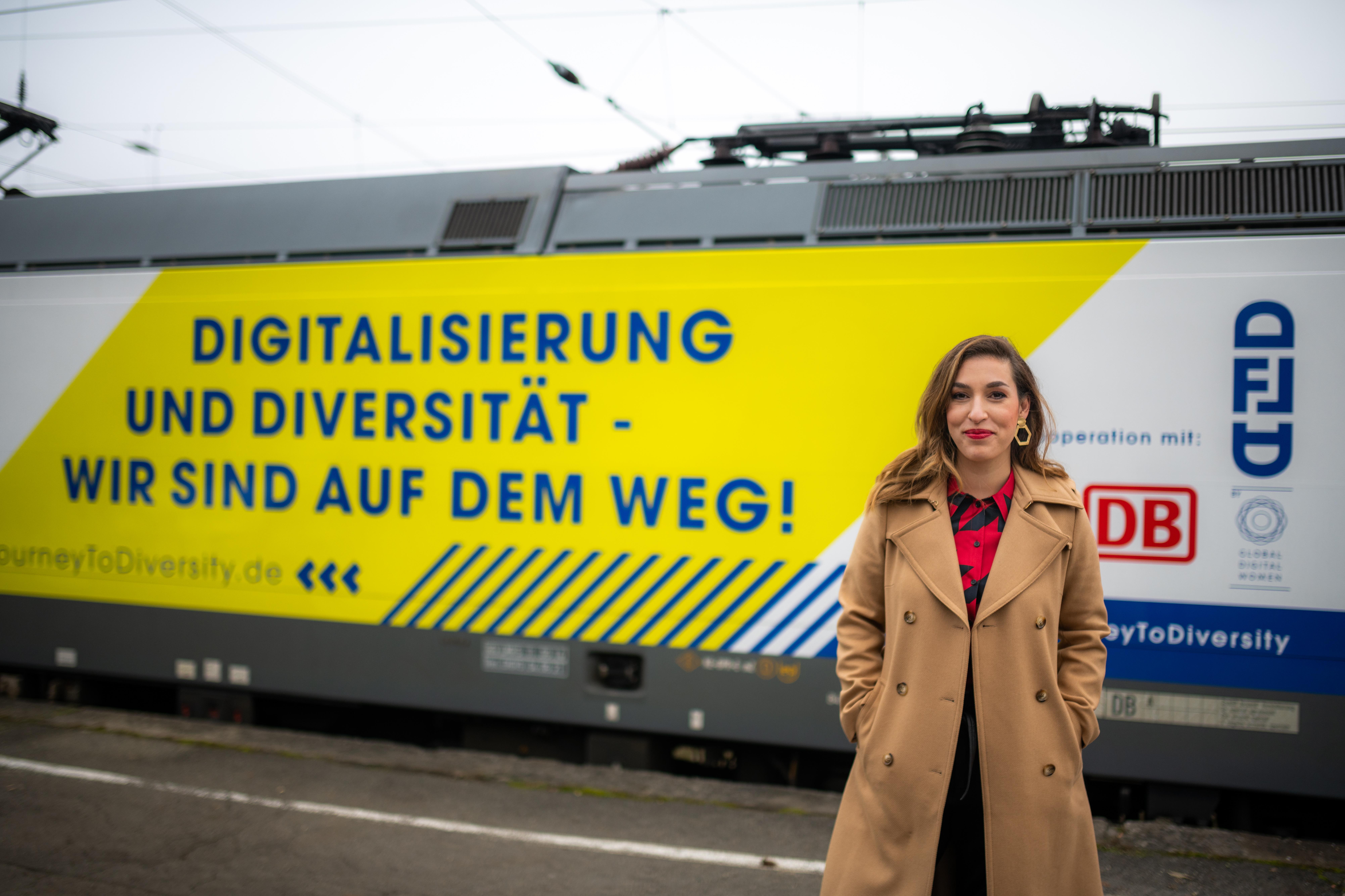 Tijen Onaran vor der gebrandeten Journey to Diversity Lokomotive